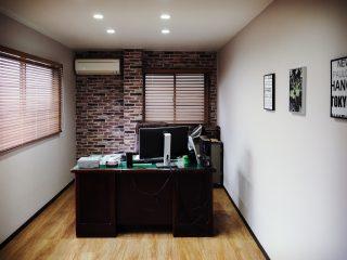 「レンガの壁紙の社長室」