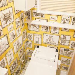 「額縁の壁紙のトイレ」