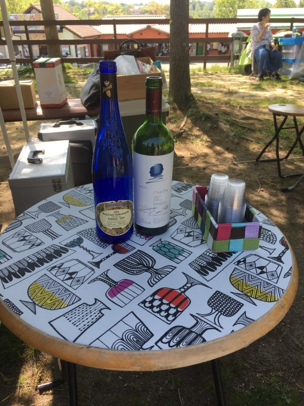 お隣のワイン屋さんのテーブルにも♪